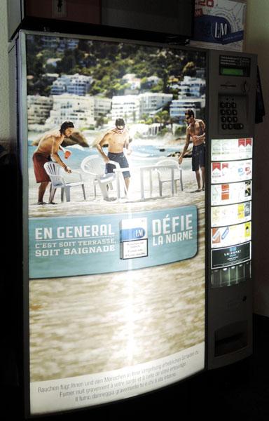 Zigarettenautomat mit einer L&M-Werbung der Kampagne «Défie la norme»